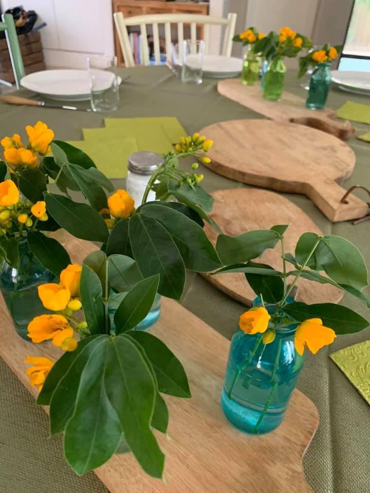 עיצוב שולחן עם בקבוקים